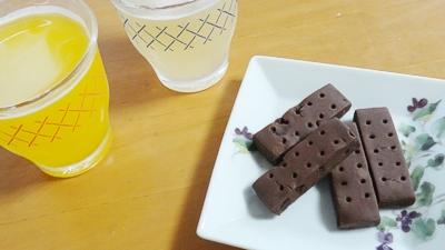 おやつチョコクッキーとジュース