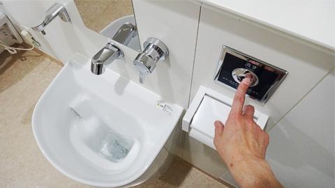 オストメイト用トイレの水を流す操作