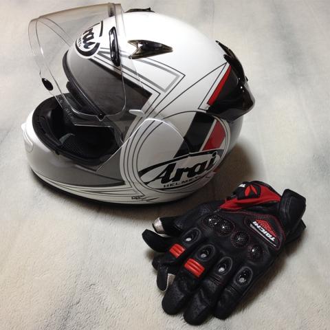 バイクヘルメットとバイクグローブ