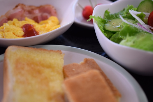 KenU's Breakfast (感度ISO100, 絞りf/3, 露出時間1/20sec, 露出補正+0.3)