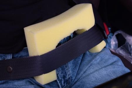 洗車用スポンジでのシートベルト締め付け防止
