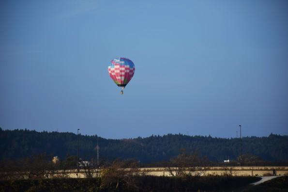 新岩出山大橋と熱気球