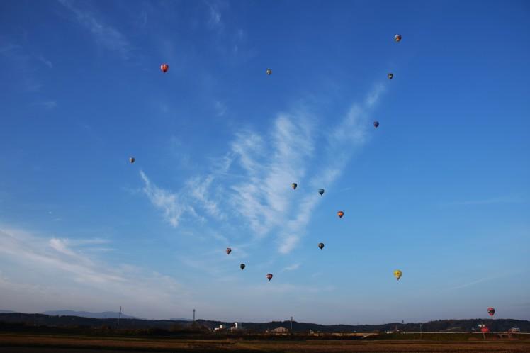 岩出山田園上空を飛び立つ熱気球