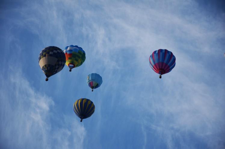 巻雲(すじ雲)と熱気球