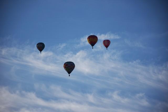 雲のサーフィンを楽しむ熱気球