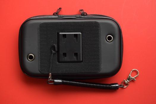 スマートフォンホルダー防水ケースにハトメ付き通気孔設置