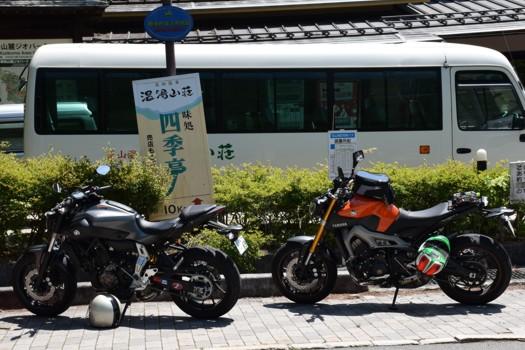 御番所バス停前に停めたMT-07とKenUのMT-09