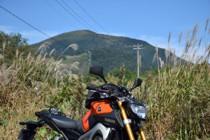 泉ヶ岳とすすきとMT-09