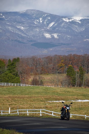 深山牧場から臨む栗駒山とMT-09