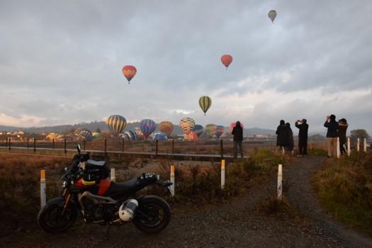 熱気球の写真を撮る人達