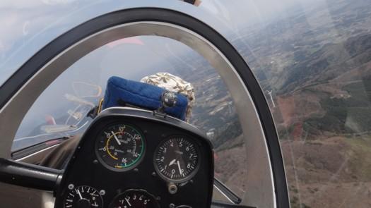 上昇気流で旋回中のグライダーPW-6U