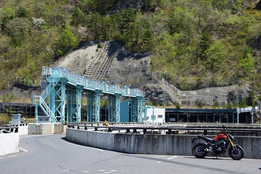 大倉ダム上のMT-09