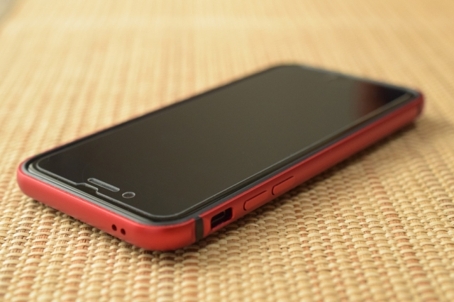 KenUのiPhone7にTPUアルミバンパー