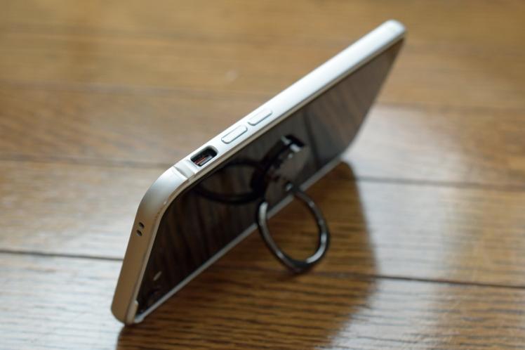 KenUのiPhone7にスマホホールドリングを接着