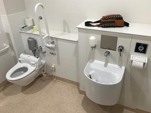 病院のTOTO製オストメイト対応トイレ