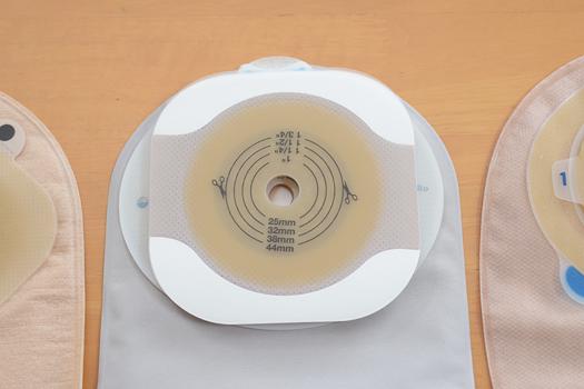 Coloplastセンシュラミオ1面板とHollisterニューイメージFWFテープ付き