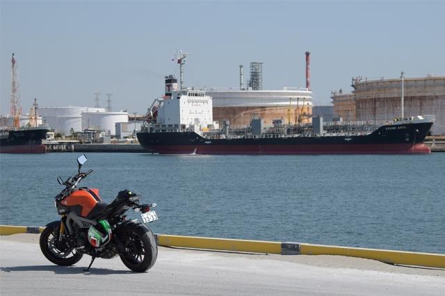 仙台港高松埠頭 CRANE ARIEL(Oil_Chemical Tanker 総トン数4862)とYAMAHA MT-09