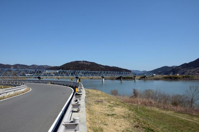 北上川河川歴史公園道路と北上川と気仙沼線の鉄橋