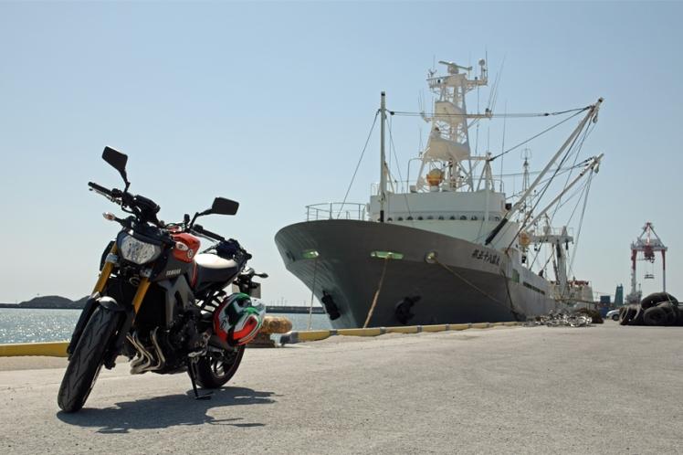 遠洋底びき網漁業許可船 第五十八富丸(総トン数401)とYAMAHA MT-09