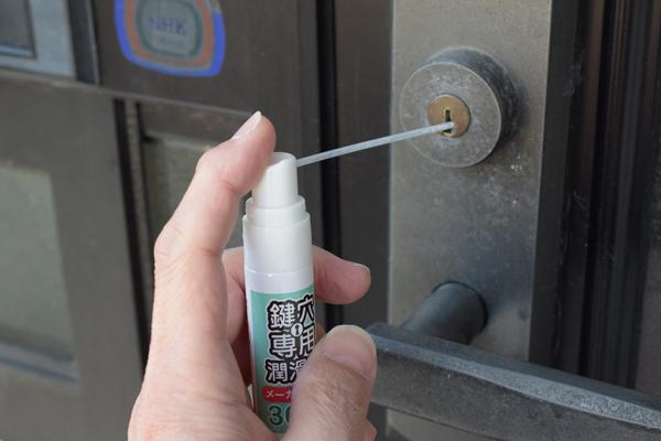 MIWA鍵穴専用潤滑剤の鍵穴への注入.jpg