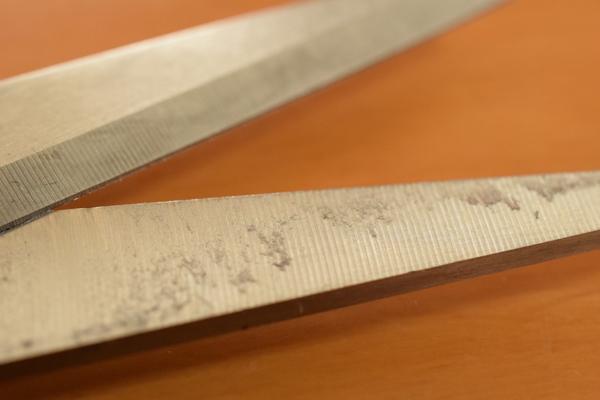 はさみの刃にくっついた粘着剤