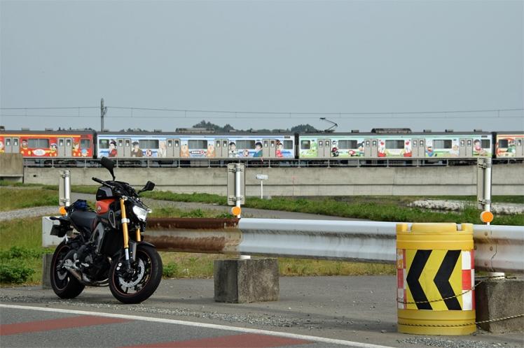 仙石線マンガッタンライナーとMT-09と吉田川