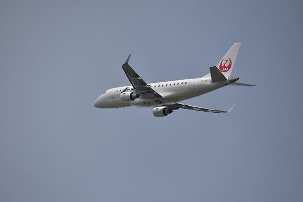 仙台空港臨空公園からJAL旅客機.jpg