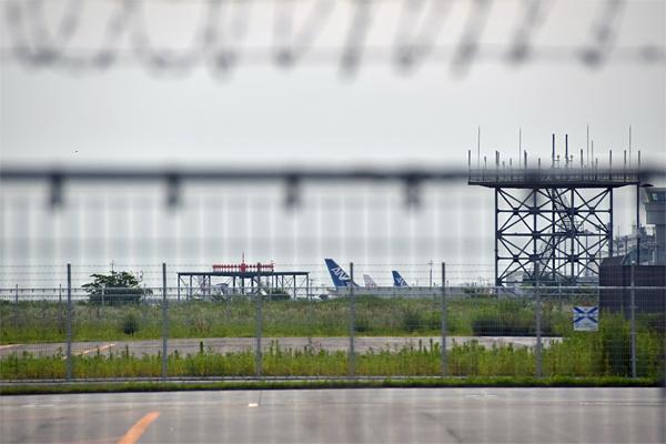 空港ターミナル前に駐機中の航空機
