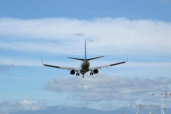 仙台国際空港に着陸体勢の旅客機.jpg