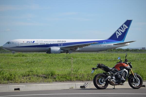 仙台空港ANA旅客機とMT-09(1)