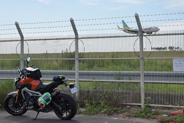 仙台空港北側フェンス旅客機着陸とMT-09