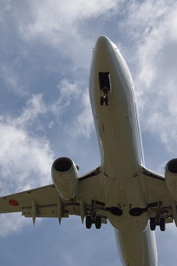 仙台空港周辺にて旅客機の胴体底部