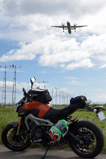 着陸体勢のプロペラ機とMT-09