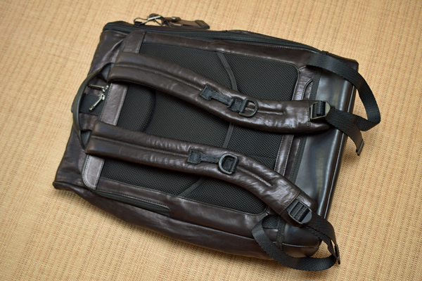 TUMI Luke Roll-Top Backpack BRAVOショルダーストラップ側