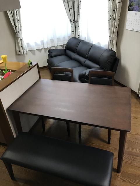 ニトリのダイニングテーブルとソファー