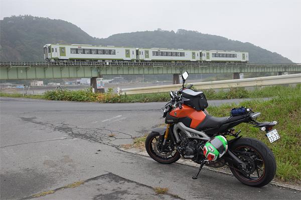 石巻線 上り列車と旧北上川とMT-09