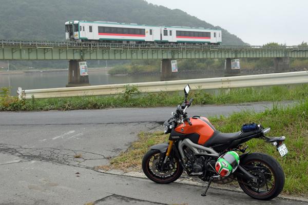 石巻線 下り列車と旧北上川とMT-09.jpg