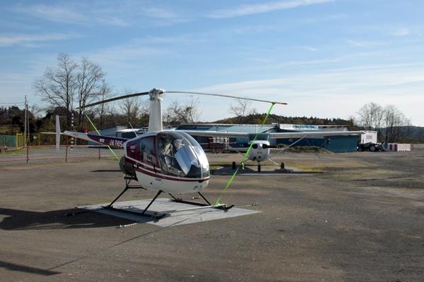 瀬峰飛行場の小型ヘリコプターとセスナ
