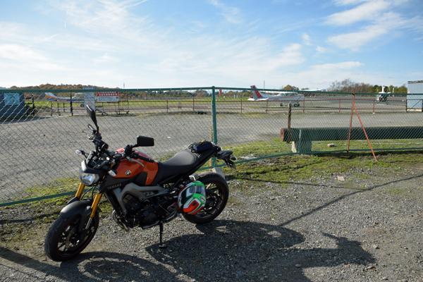 MT-09と瀬峰飛行場の航空機