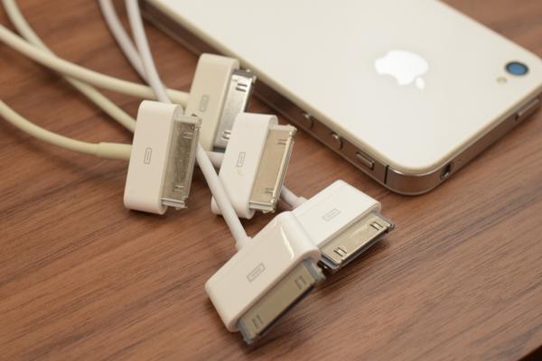 iPhone4sと充電ケーブル