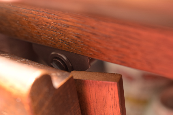食器棚両開き扉の召合せ板とマグネットキャッチとの干渉