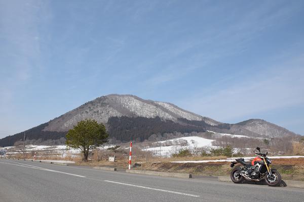 残雪の薬莱山とMT-09